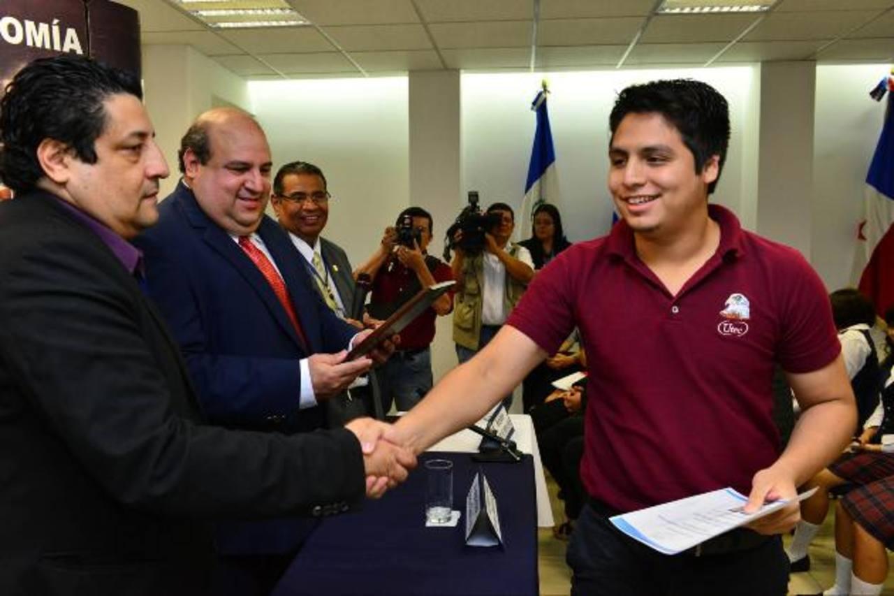Los ganadores presentaron proyectos con potencial para ser desarrollado. David Ponce obtuvo el primer lugar. Foto EDH / César avilés