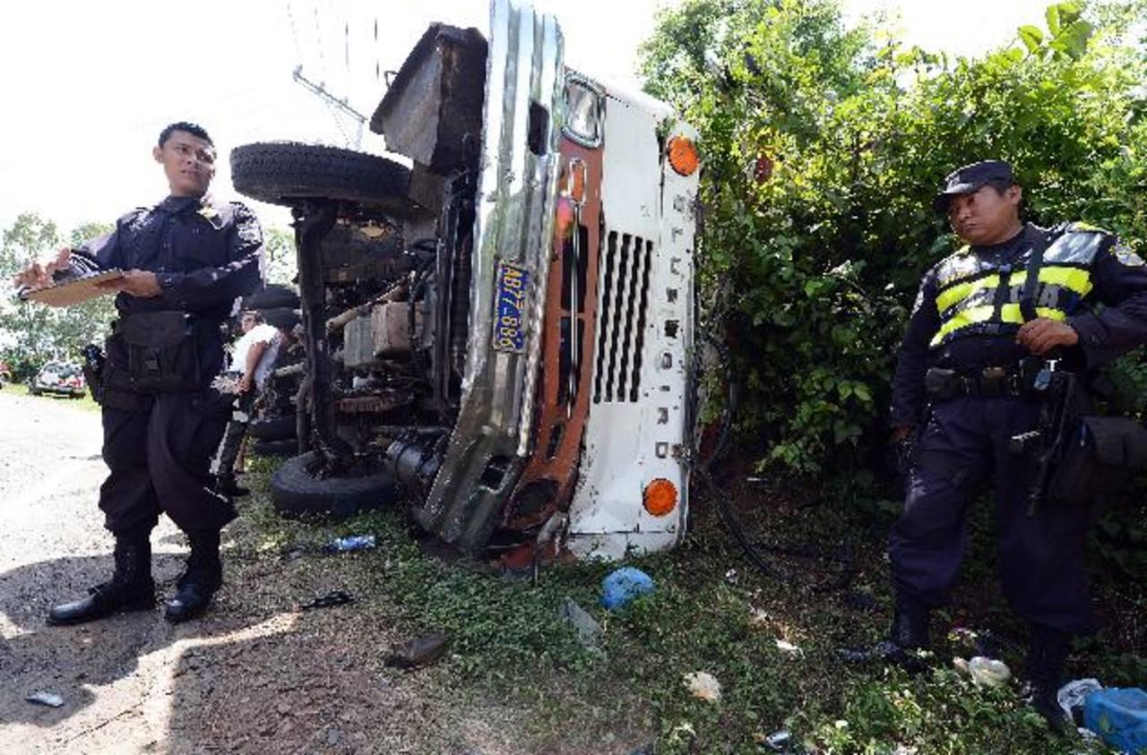 """El motorista conducía """"sin velocidad"""", según indicó un jefe policial, y eso provocó que no pudiera controlar la unidad cuando pasó por la curva. Foto EDH / Óscar Mira"""