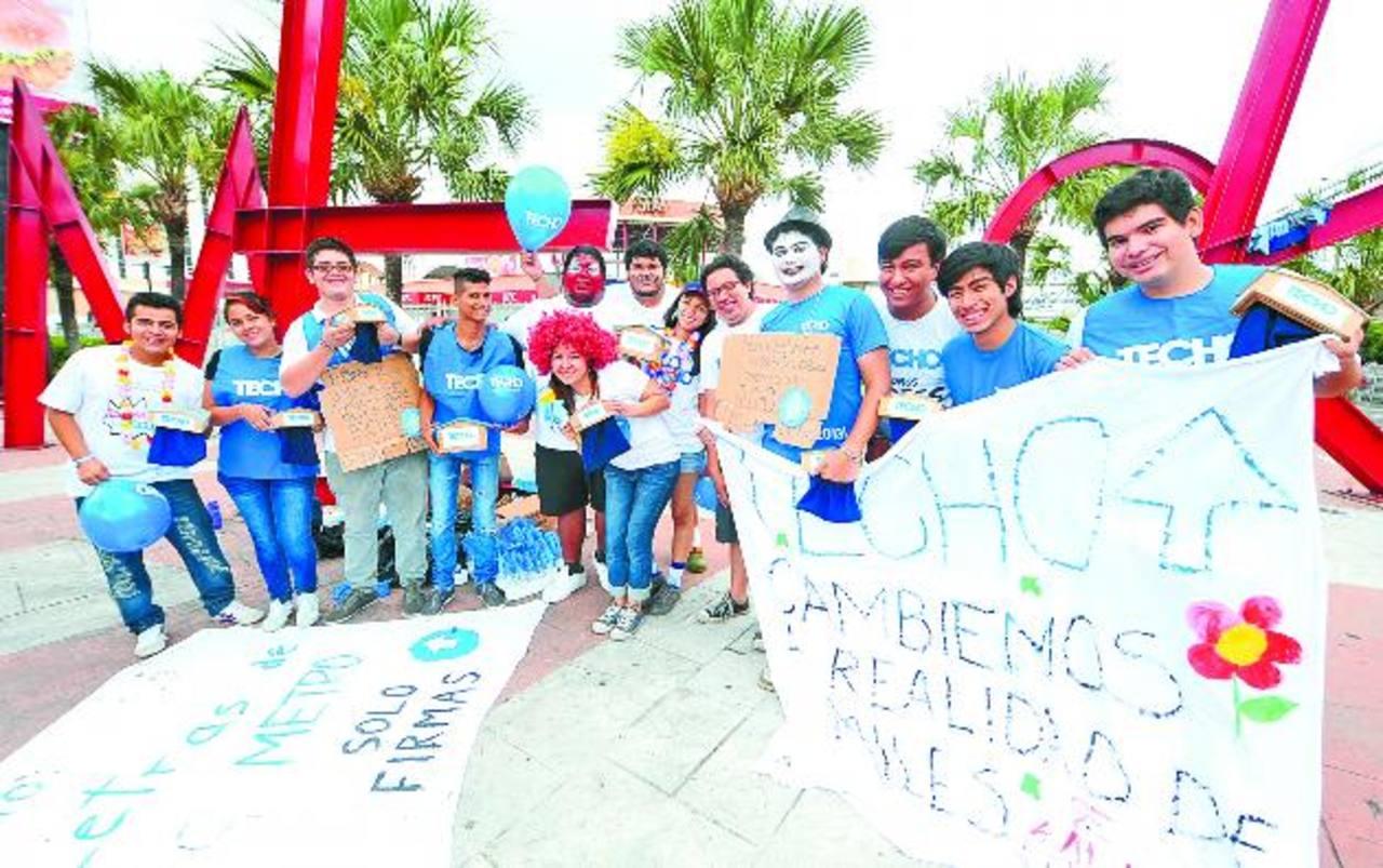 Con carteles, pelucas y alcancías en mano, los jóvenes buscaron crear conciencia de que la pobreza es un problema que puede superarse. Foto EDH / Húber Rosales