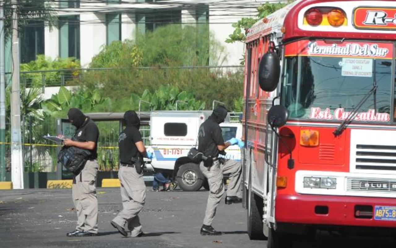 José Javier Rivas, de 45 años, murió en el interior de un bus de la Ruta 8-A en la colonia Roma. Al parecer, un pasajero se defendió de un asalto y le disparó. Foto EDH / Claudia Castillo
