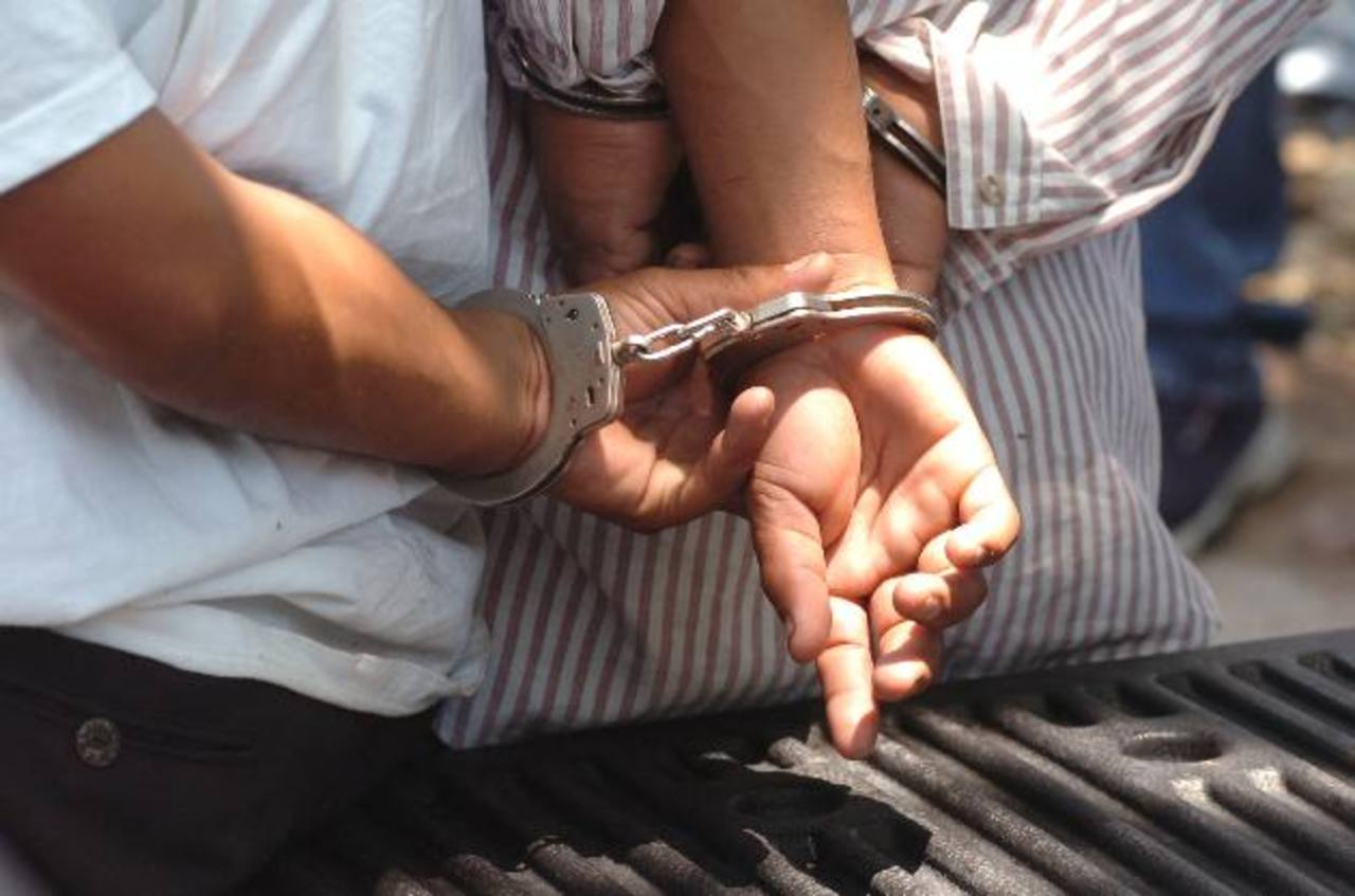 La Policía dice que supuesto violador y cómplice son reconocidos miembros de la pandilla 18. Foto EDH / Archivo