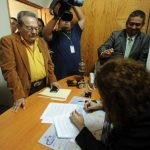 Omar Pastor (saco café) presentó su solicitud ante la secretaria en funciones del TSE. foto edh / Marlon Hernández