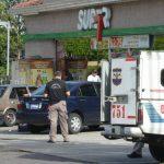 """Un sujeto asesinó a balazos a José Fabricio Díaz Zárate, de 28 años. Según la Policía, supuestos asaltantes se acercaron a la víctima cuando salía del """"food market"""" y le exigieron sus pertenencias. Foto EDH / René Estrada"""