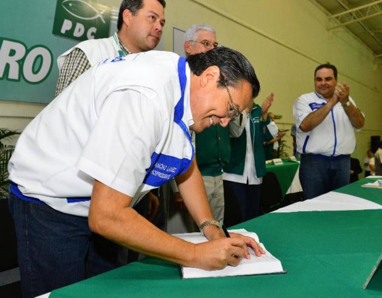 Francisco Laínez, al momento de firmar el libro de afiliaciones del PDC. Le acompañó Tony Saca. Foto EDH / cesar avilés