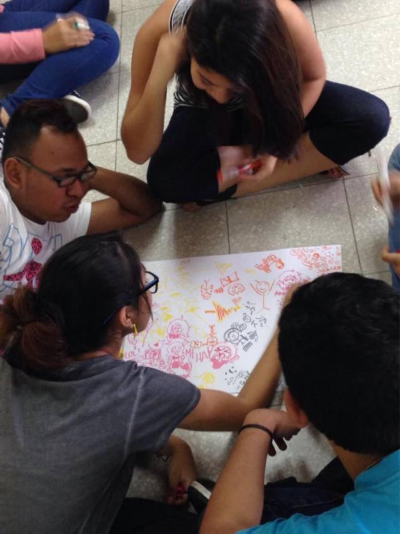 Estudiantes participando en el taller de Arte-terapia en Connexo 2013. Foto/ cortesía connexo
