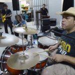Gerardo y Gema Sibrián en primer plano. Al fondo el guitarrista líder de la banda, René López. Foto EDH / Marvin Recinos
