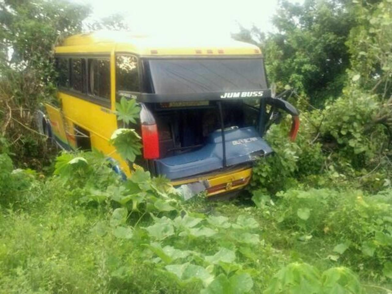 El autobús se salió de la calzada. Foto vía Twitter Miguel Villalta