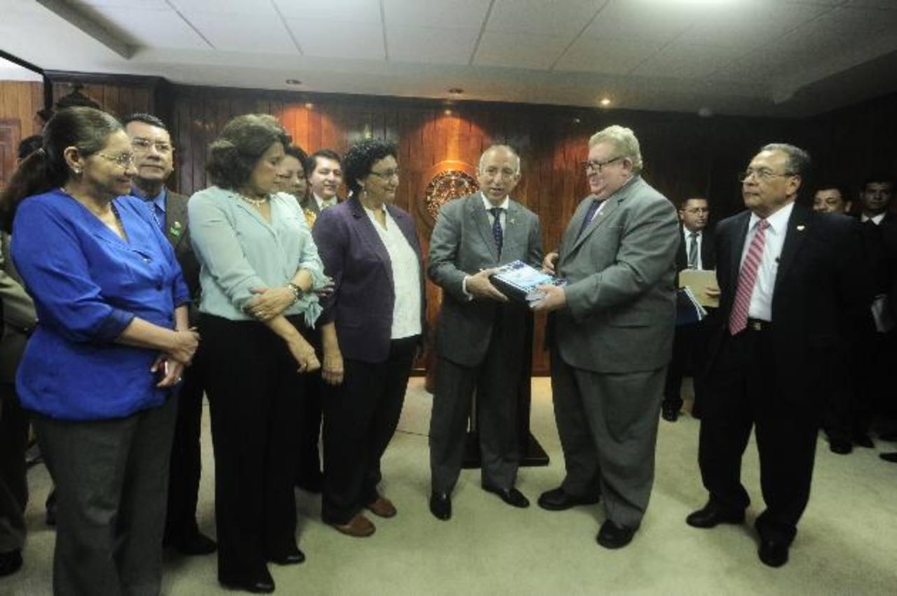 A finales de septiembre, el ministro de Hacienda, Carlos Cáceres (a la derecha), entregó al presidente de la Asamblea Legislativa, Sigfrido Reyes, del FMLN (segundo de la derecha), el proyecto de presupuesto de la Nación para próximo año. Foto EDH /