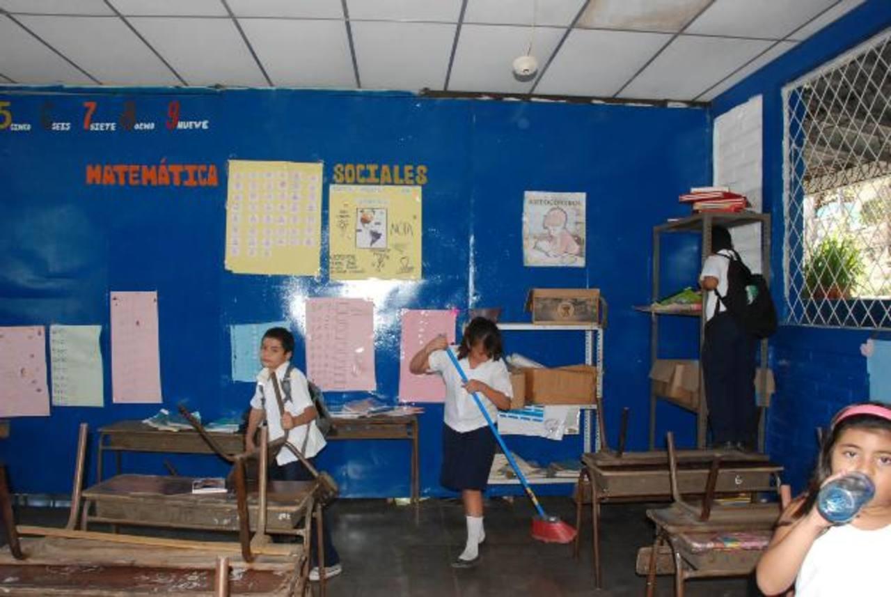 Los estudiantes y personal docente del centro escolar están en riesgo en la época de invierno, pues el centro se ubica en las cercanías del tío Goascorán. foto edh / Insy Mendoza