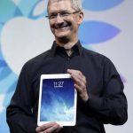El consejero delegado de Apple, Tim Cook, muestra la nueva tableta, que saldrá a la venta en noviembre. Foto EDH