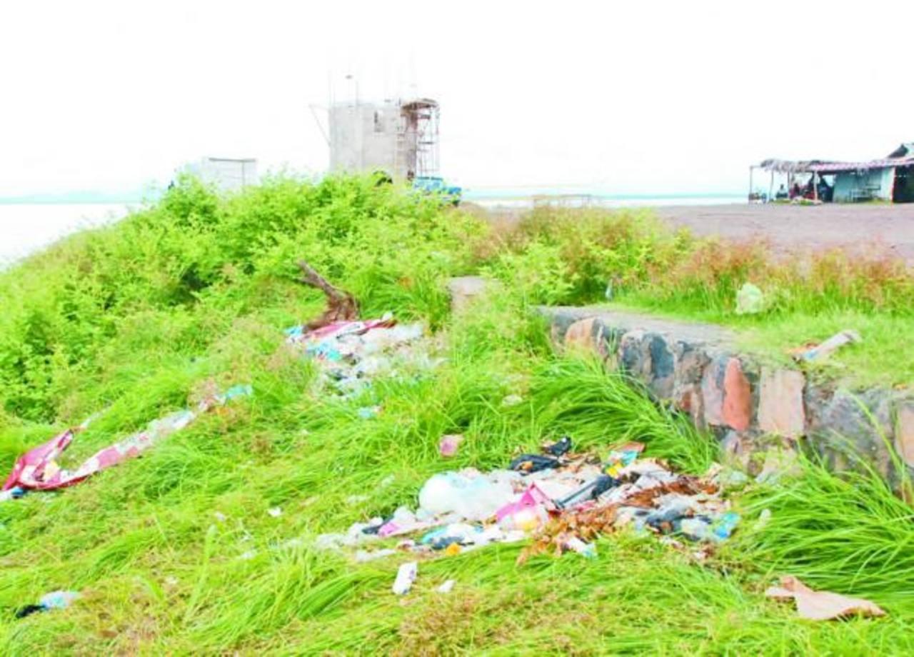 Además de la basura, personal de la escuela Club de Leones asegura que hay quienes hacen sus necesidades fisiológicas en la zona, frente a los alumnos. foto edh / insy mendoza