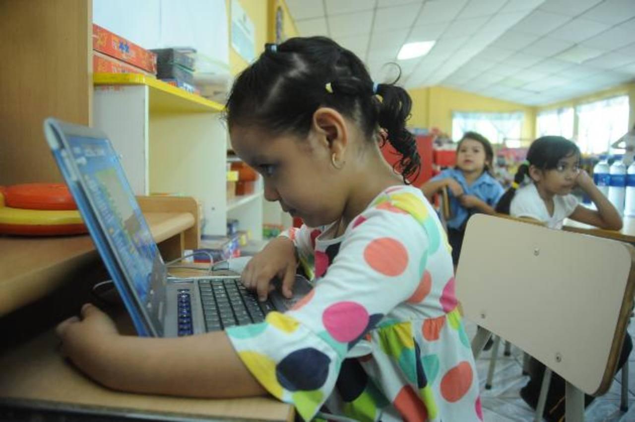 La salud y la educación son áreas en las que hay que impulsar acciones. Foto EDH / L. Monterrosa