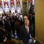 Los demócratas hacían fila ayer en el Capitolio para firmar una petición para reabrir el gobierno federal que hoy va en su decimotercer día de paralización administrativa. Foto EDH / AP