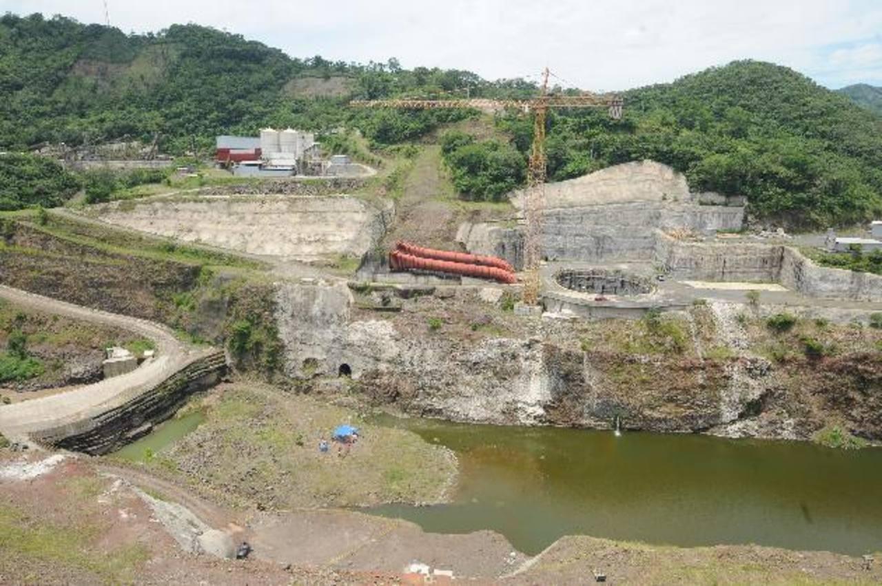 La construcción de la presa El Chaparral se encuentra paralizada desde mayo de 2010. La empresa que la construía pidió un nuevo diseño por diferentes problemas. Foto EDH / Archivo