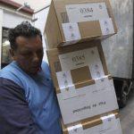 Ayer repartieron el material electoral para hoy. Foto EDH /EFE