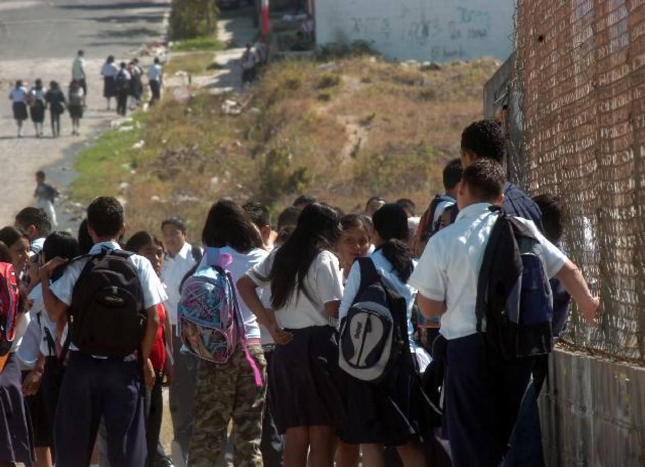 Menores de edad roban objetos dentro de escuela El Zaite en Zaragoza.