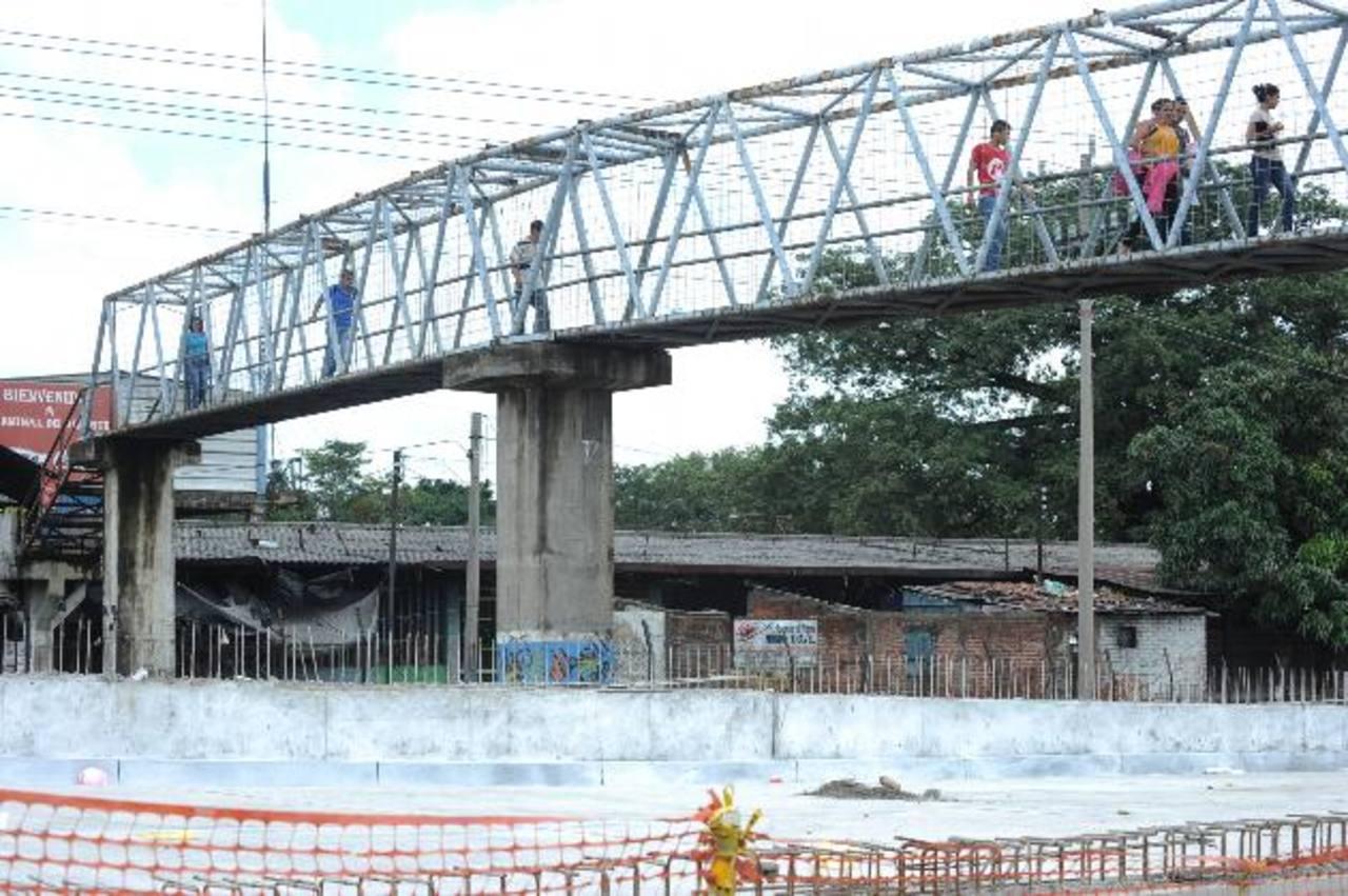 Pasarela en la zona de la Terminal de Oriente en la capital. foto EDH / archivo