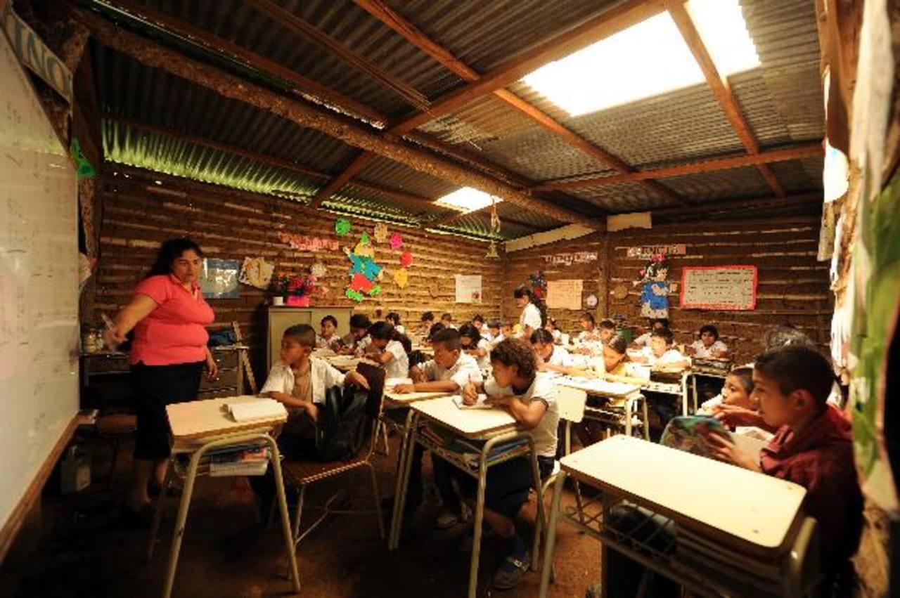 Rosa Renderos, maestra y directora en El Tapacún (Atiquizaya) explica la lección en el turno matutino. Su búsqueda de un terreno propio para la escuela no ha dado frutos. Fotos EDH / Marlon Hernández