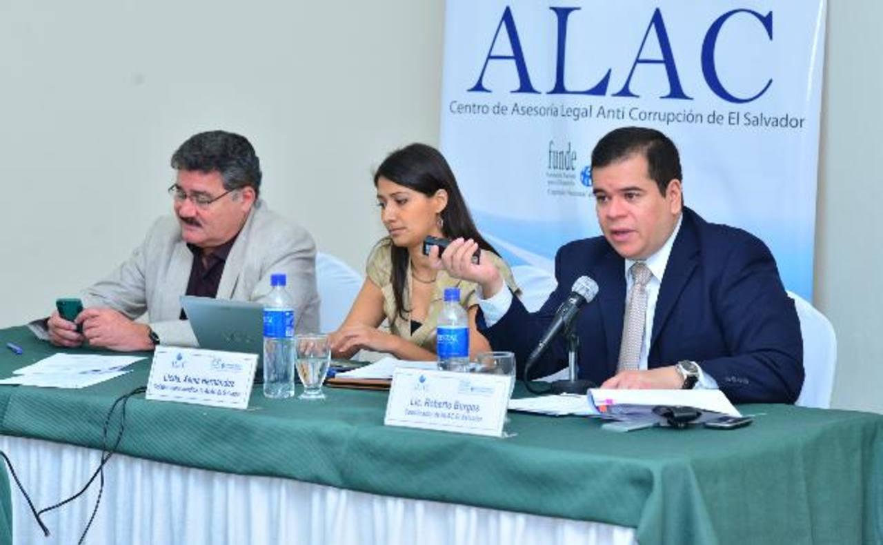 Roberto Rubio, director de Funde; Xenia Hernández y Roberto Burgos de Alac presentaron el informe. foto edh / omar carbonero