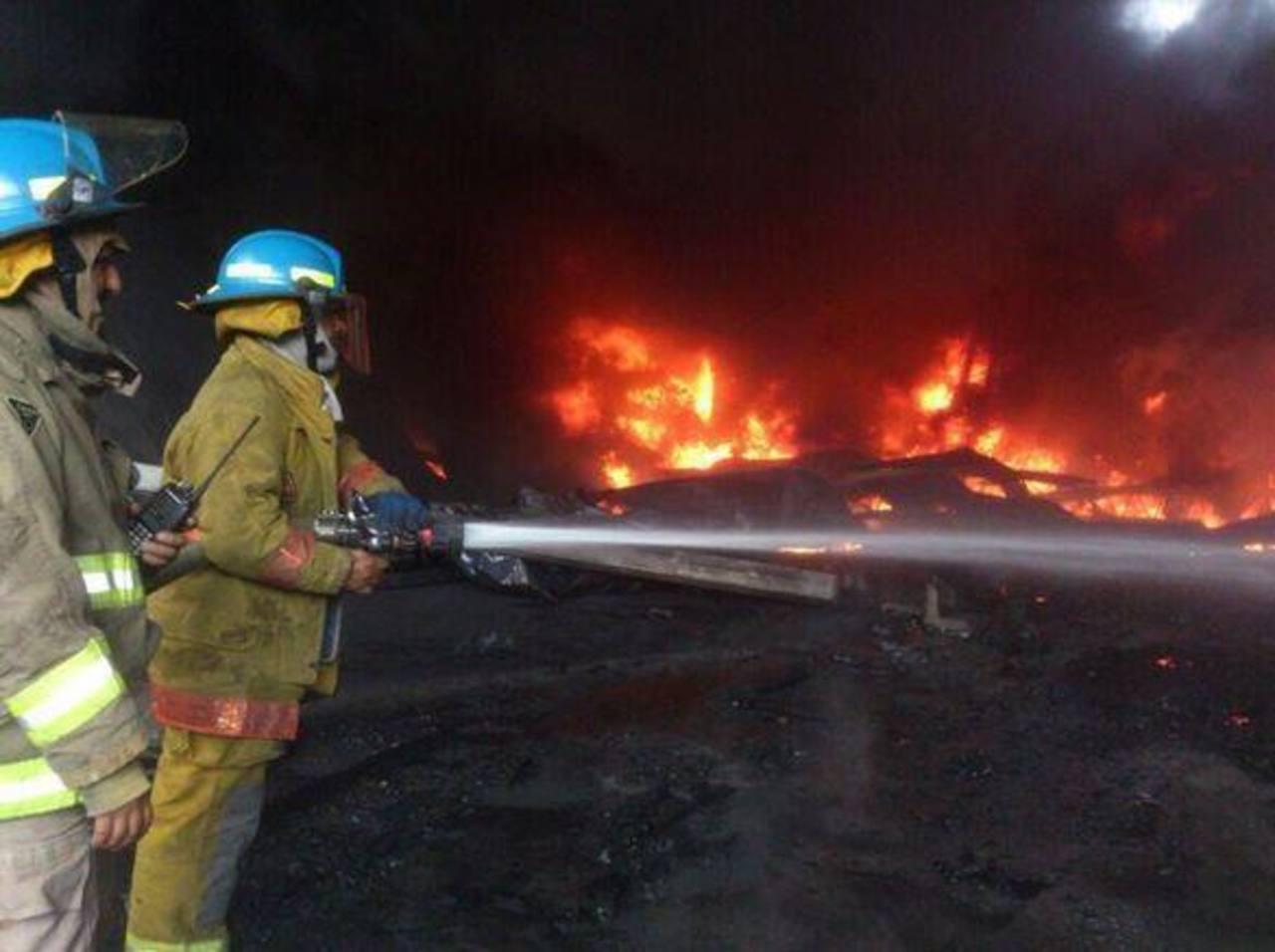 Los bomberos sofocaron incendio en fábrica de San Marcos. Foto vía Twitter Óscar Mira