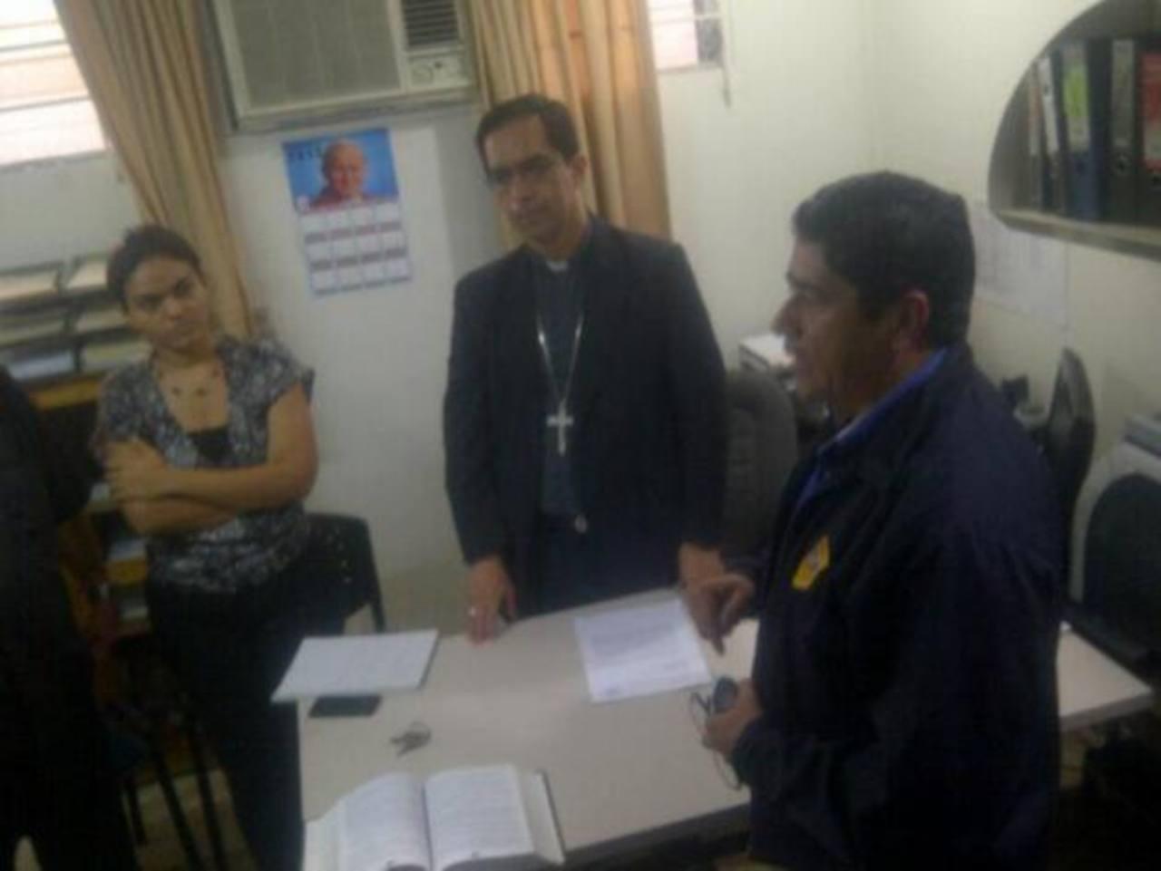 Autoridades de la Fiscalía salvadoreña ingresaron esta tarde a las instalaciones de Tutela Legal. FOTO cortesía de Fiscalía