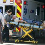 Un herido que se cree es miembro de la Guardia Nacional es traslado a un hospital en Memphis, Tenes. FOTO EDH AP