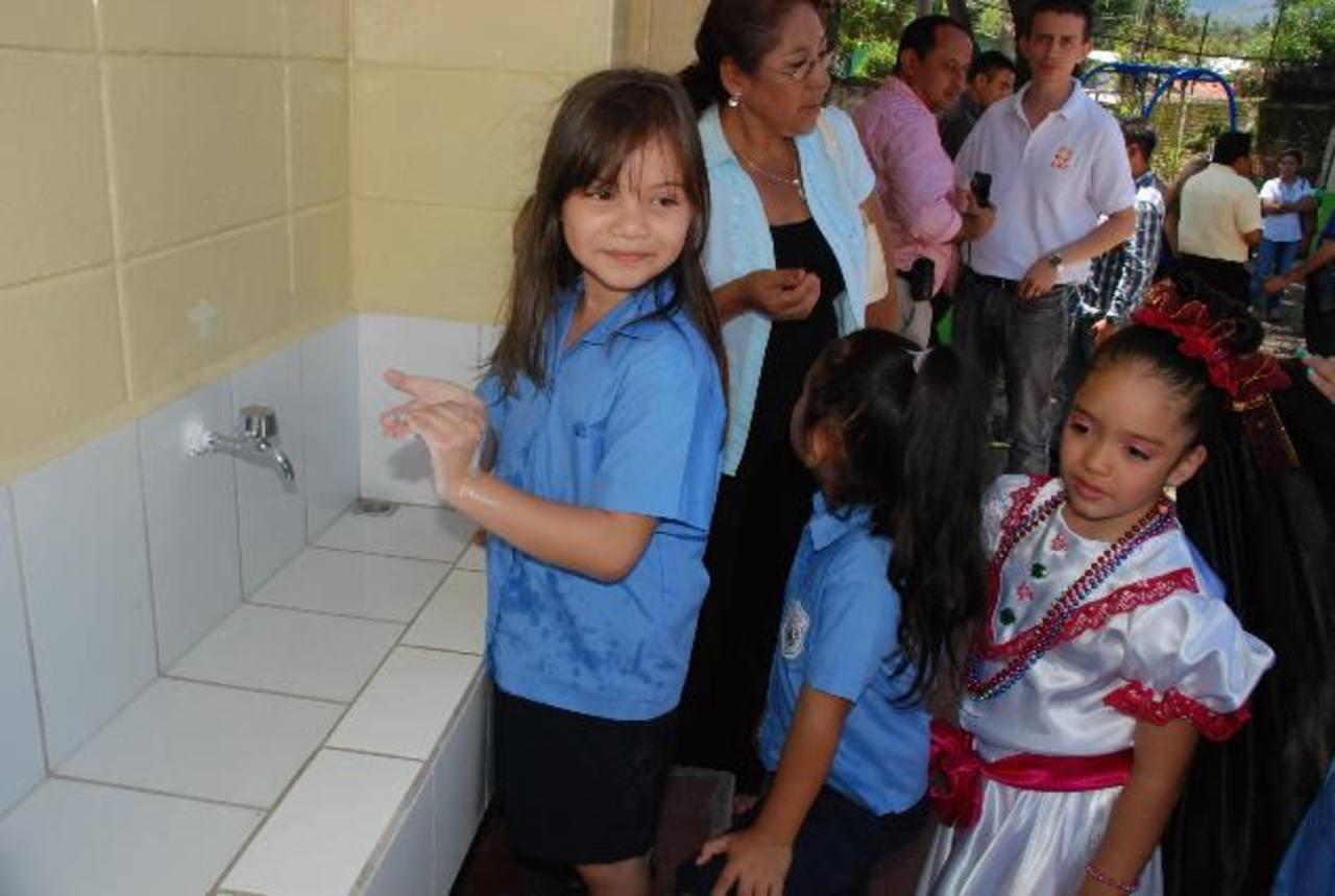 Según la organización los gobiernos deben hacer énfasis en acercar la tecnología y educación a las niñas.
