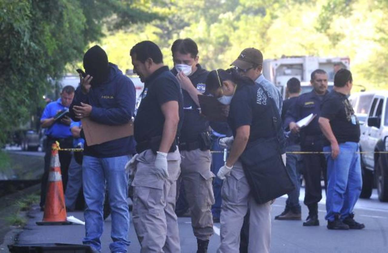 El cadáver de un hombre fue localizado en la carretera de Oro en Soyapango con varios disparos. Foto EDH / ericka chavez