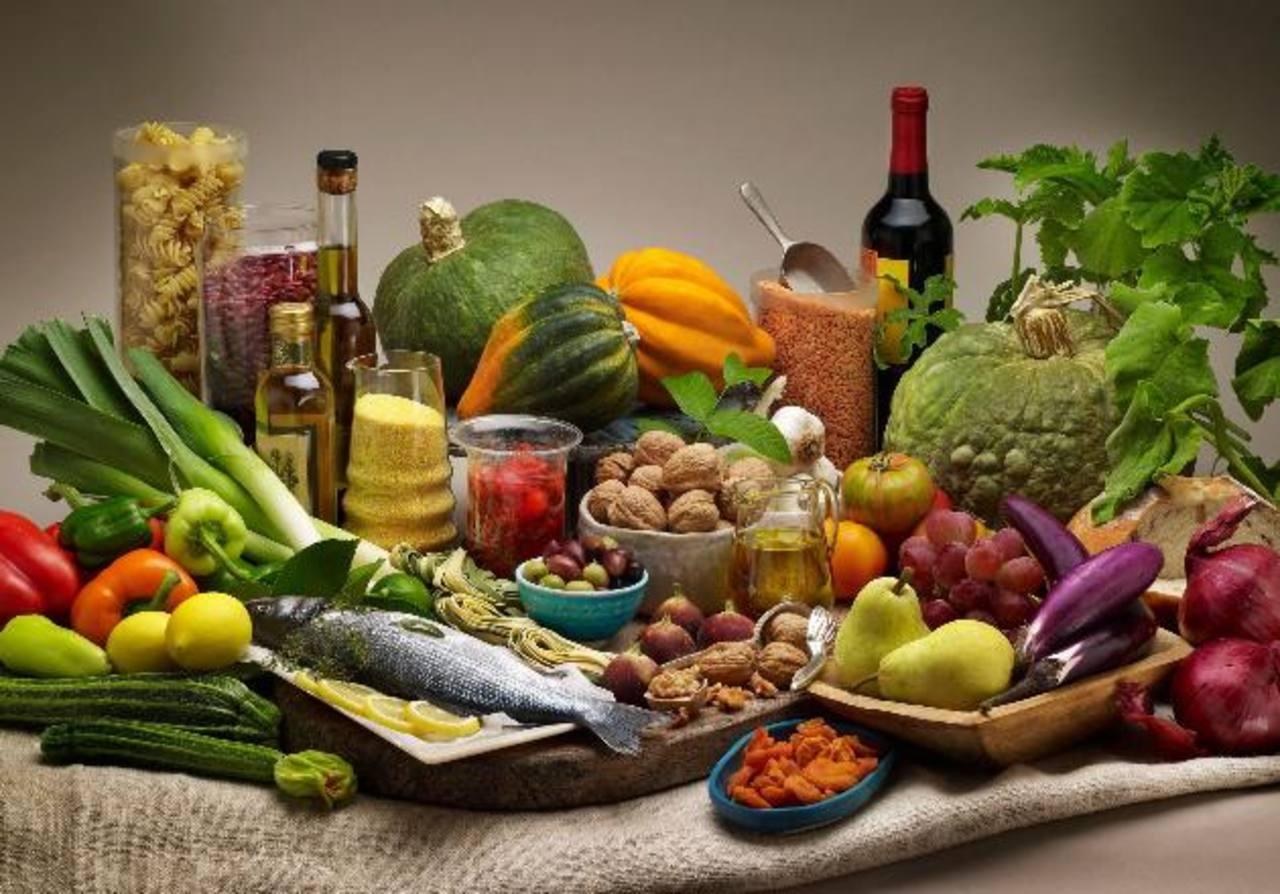 El cardiólogo recomienda tomar una dieta mediterránea a quienes tienen riesgo de enfermedades cardiovasculares.