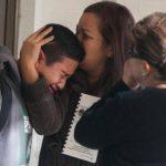 Los familiares de los estudiantes llegaron acongojados a traer a sus hijos al saber de la tragedia en Sparks. foto edh / ap