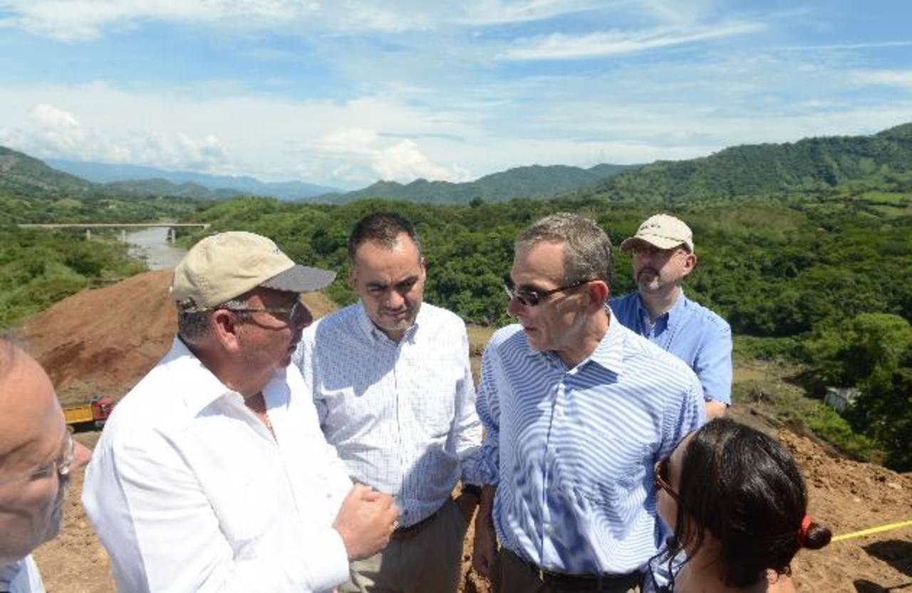 Andris Piebalgs, Comisario de Desarrollo de la Unión Europea visitó ayer la Presa 5 de Noviembre. foto edh/miguel villalta