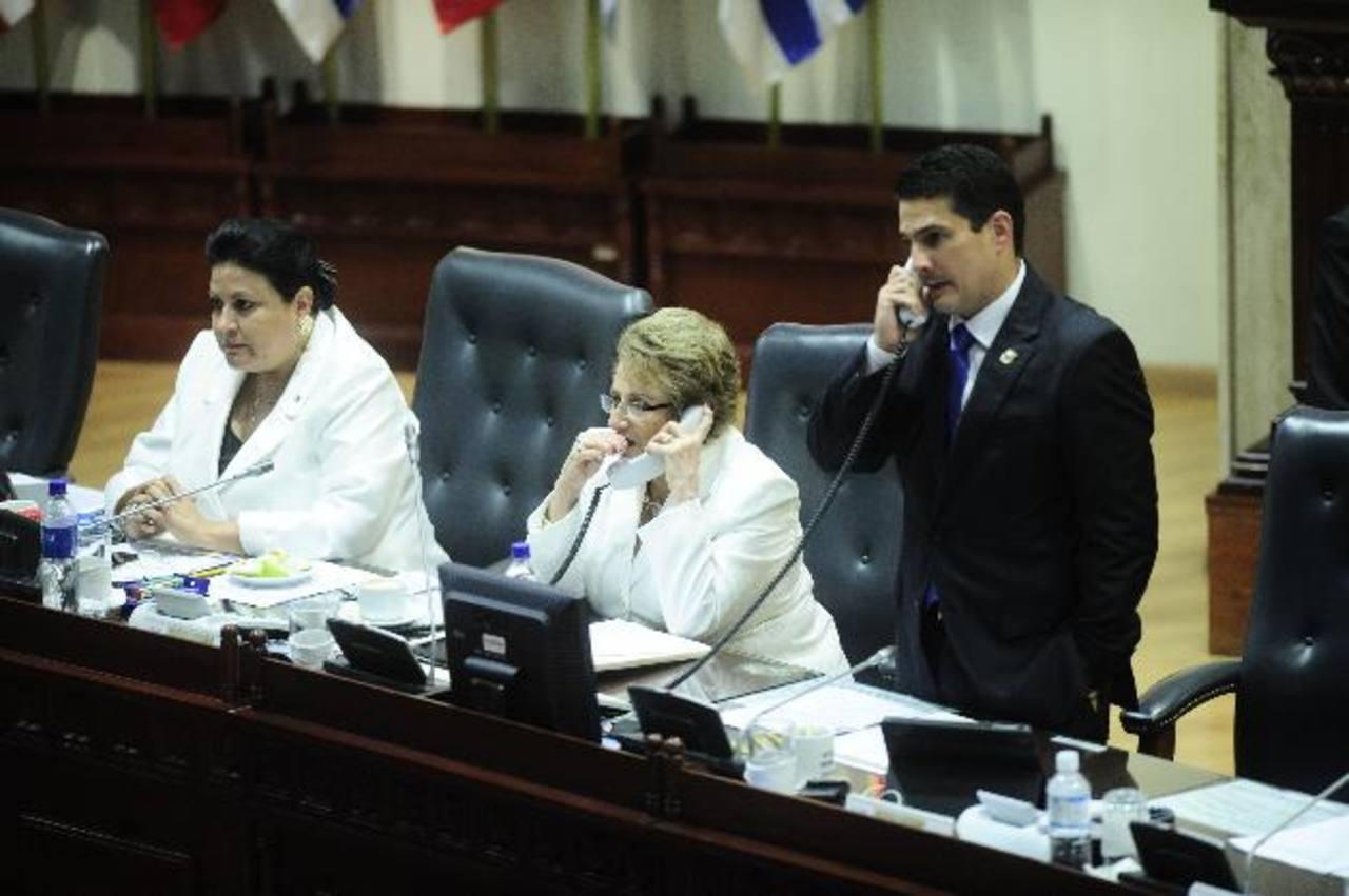 En la imagen tres de los diputados de ARENA que deberán dejar la Junta Directiva a partir del 1 de noviembre. foto edh/