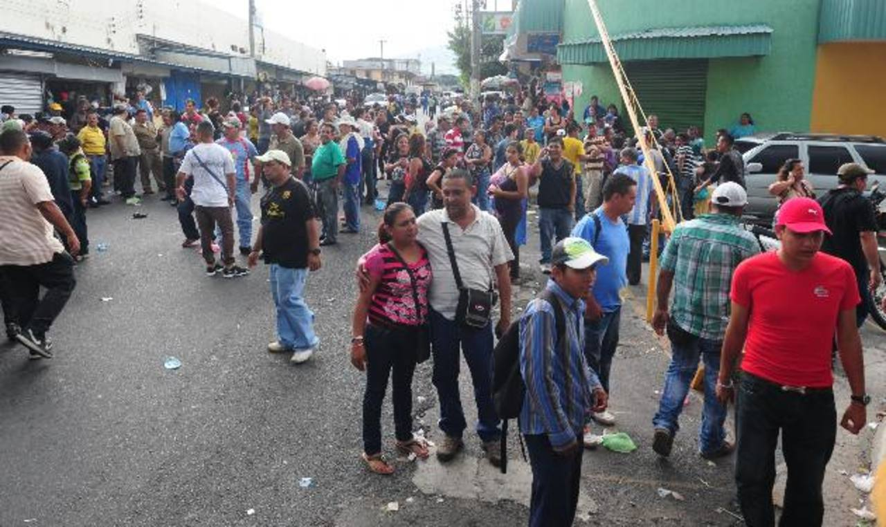 Los trabajadores se mantuvieron en las afueras del alcaldía desde temprano. foto edh