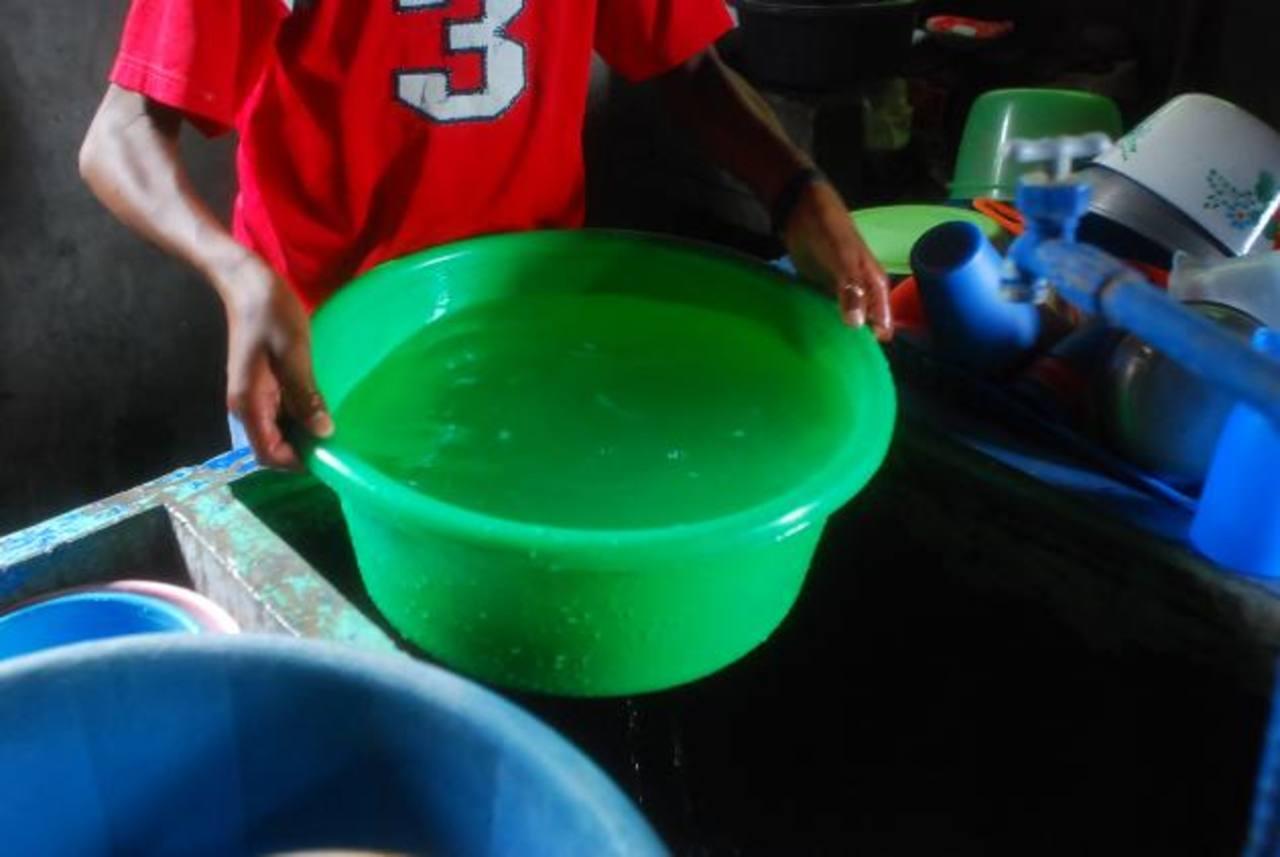 Varias colonias capitalinas son afectadas con servicio irregular de agua. Foto/ Archivo