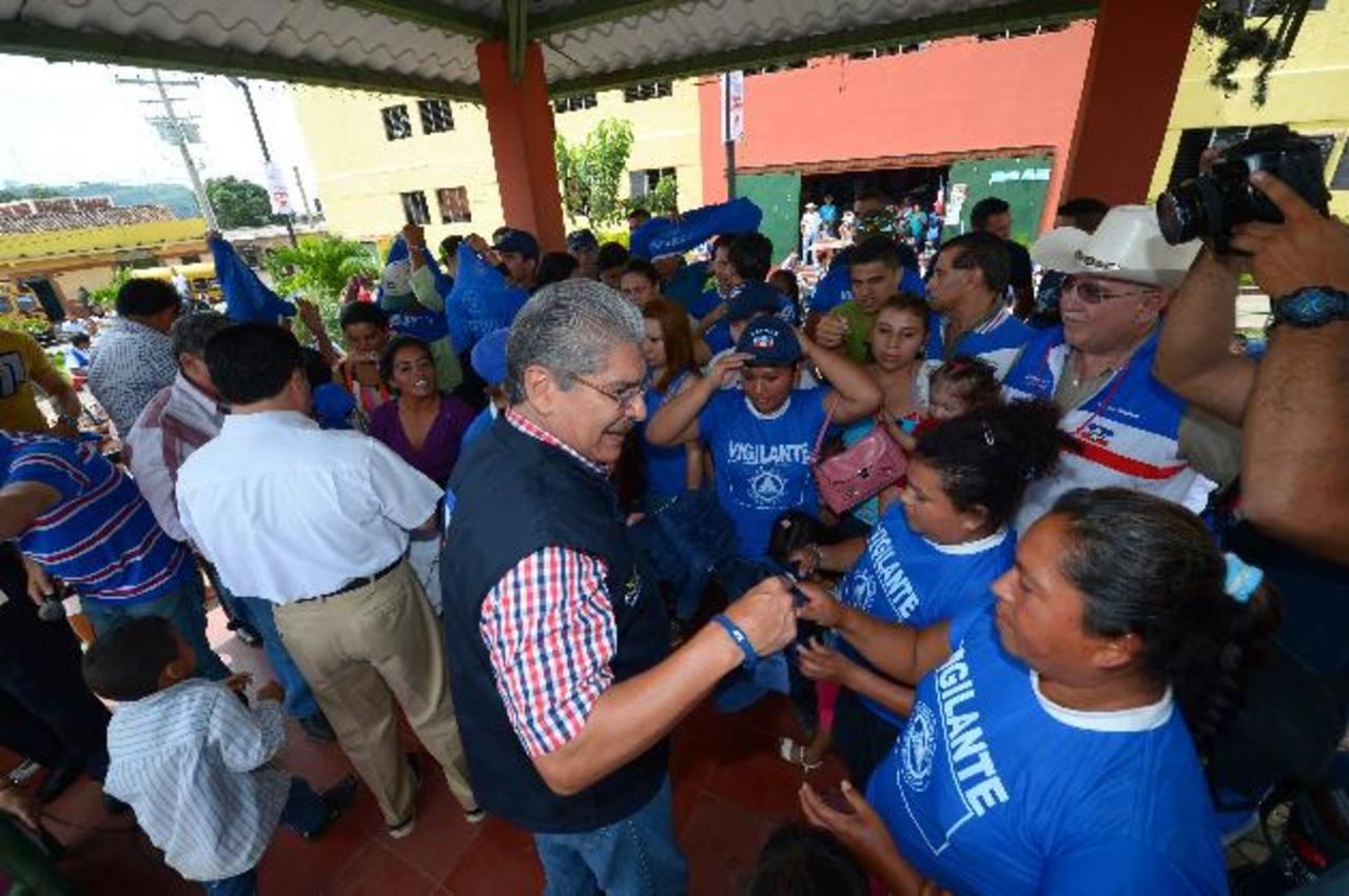 Norman Quijano y su compañero de fórmula, René Portillo Cuadra, recibieron ayer a militantes del PCN en Ciudad Arce que ofrecieron apoyar a ARENA para 2014. fotos EDH / mario amayaEl aspirante tricolor realizó un recorrido por el mercado de Ciudad Ar