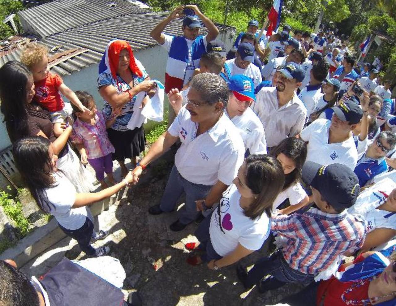 Acompañado de familiares y dirigentes de ARENA, Quijano recorrió las calles de la comunidad Hábitat Confíen, en Ciudad Delgado. foto edh / Mario Amaya