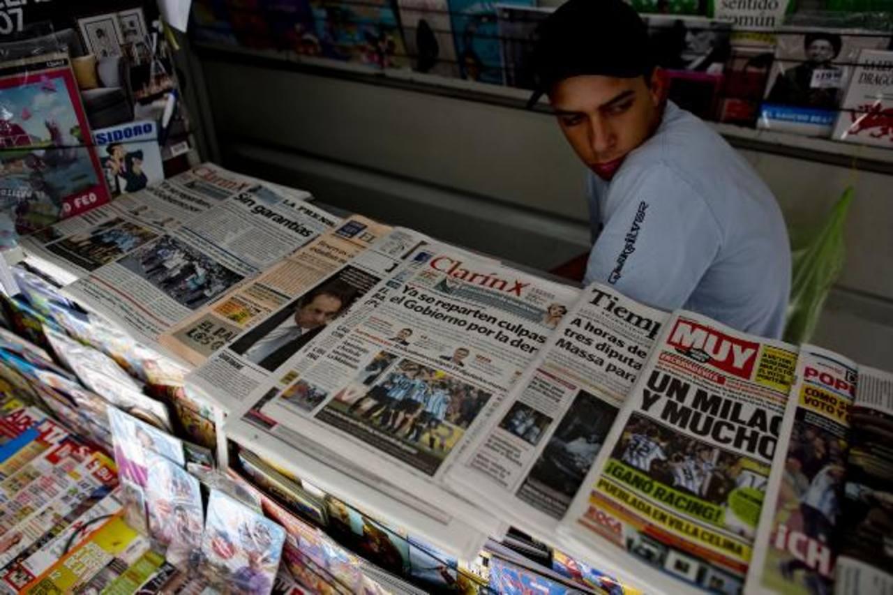Un joven vendía ayer los periódicos argentinos, entre ellos el Clarín, uno de los más fuertes críticos del gobierno de los Kirchner y el más afectado con la decisión judicial. foto edh /AP