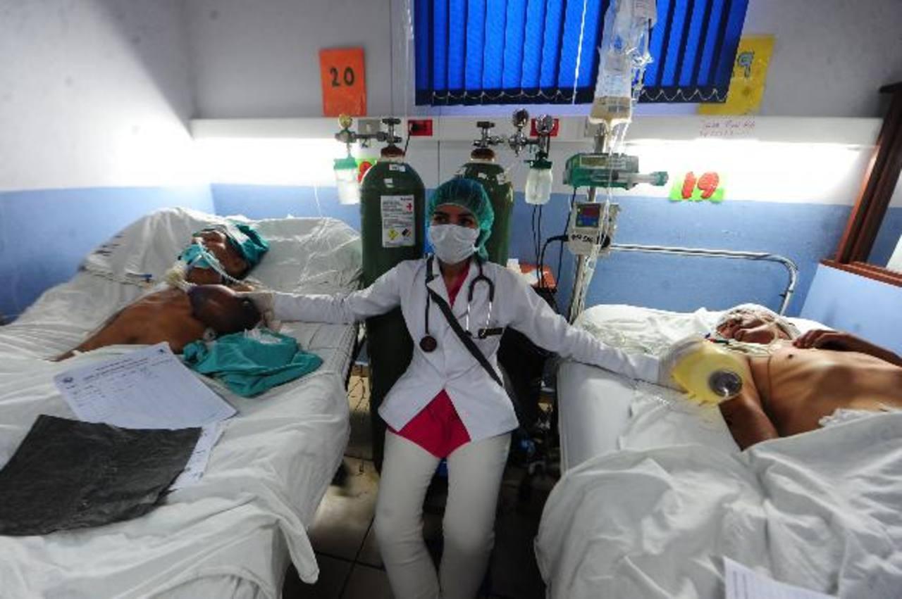La falta de máquinas obliga a dar respiración asistida manual a los pacientes en los hospitales.