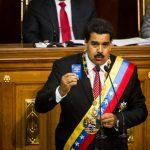 Maduro es observado por Diosdado Cabello, presidente de la Asamblea, durante su discurso para pedir la ley. Foto edh / efe