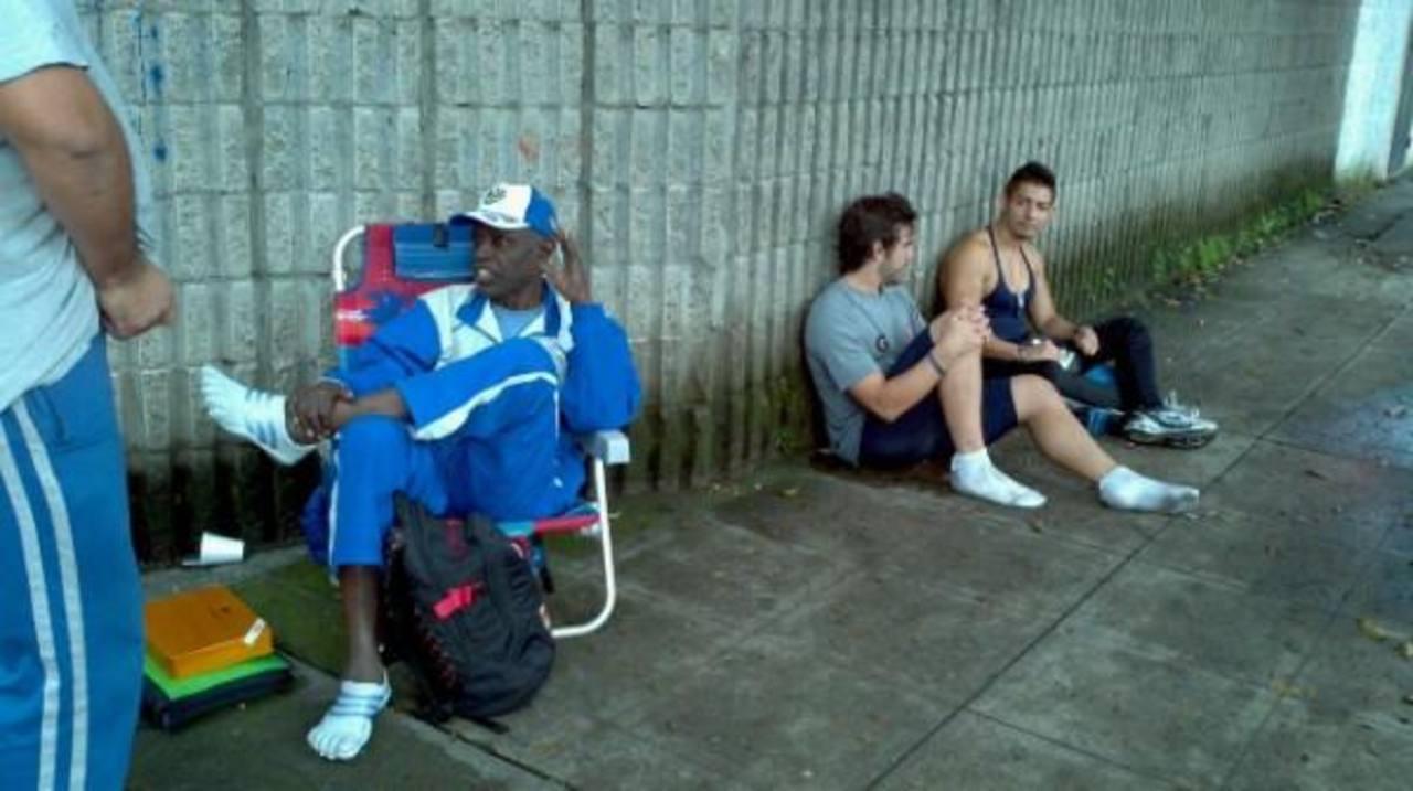 """Los atletas y entrenadores no pudieron ingresar esta mañana al Estadio Jorge """"Mágico"""" González. FOTO EDH Marlon Hernández, vía Twitter."""