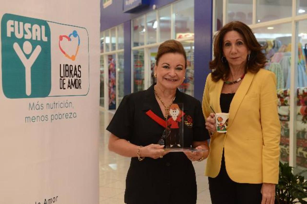Celina Palomo, directora ejecutiva de Fusal (izq.), entregó el reconocimiento a la empresaria. Foto EDH / Miguel vILLALTA