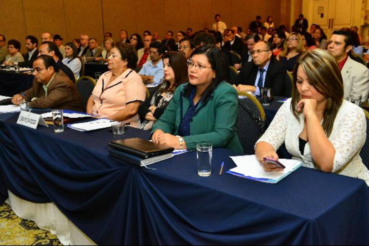 Personas de todos los ámbitos culturales y académicos en el foro. Foto EDH / cesar avilés