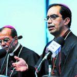 Escobar Alas (a la derecha), acompañado del Obispo Auxiliar, Gregorio Rosa Chávez, declaró que si bien le preocupa que la campaña electoral pueda degenerarse, las instituciones no deben limitar o violar la libertad de expresión. Foto EDH / César Avil
