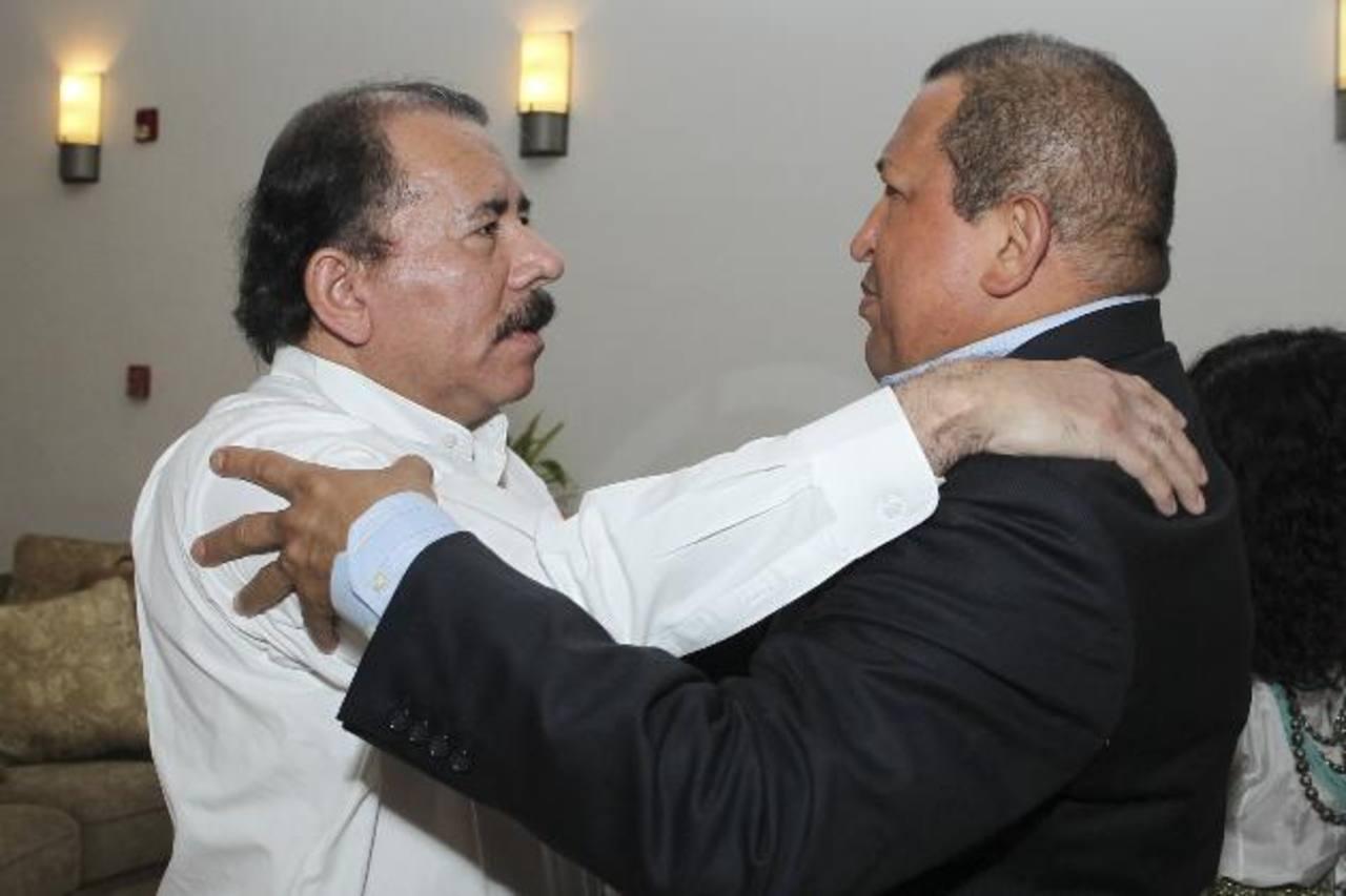 Daniel Ortega, presidente de Nicaragua, abraza al fallecido Hugo Chávez durante una visita en enero 2012. Foto EDH /archivo
