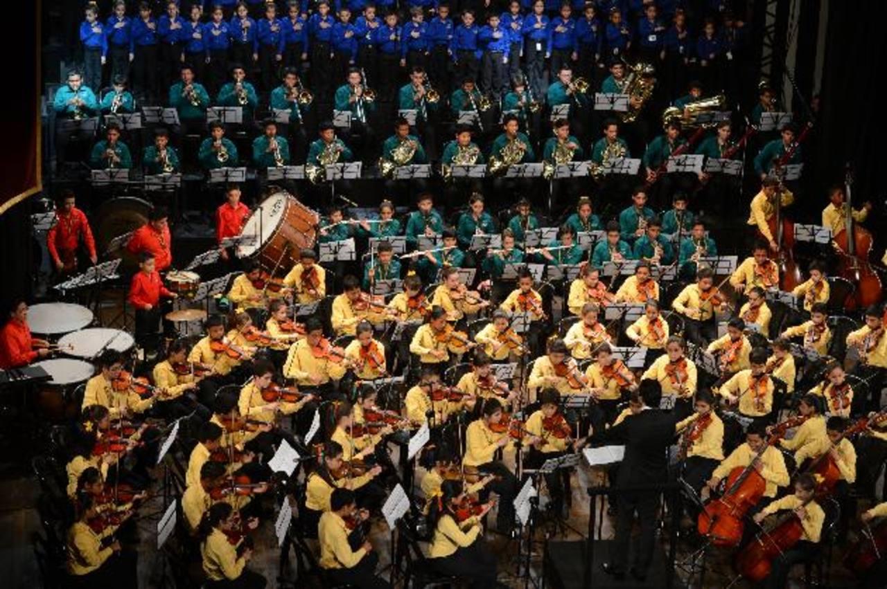 Los jóvenes talento dieron todo de sí sobre el escenario del Teatro de Santa Ana, ayer domingo. foto EDH / mauricio Cáceres