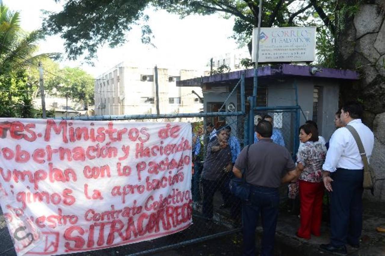 La marcha de docentes salió del Parque Cuscatlán y llegó hasta la Asamblea Legislativa. En el trayecto se sumaron más. Ellos piden a los diputados asegurar el pago del escalafón para 2014. Foto EDH / DOUGLAS URQUILLA.