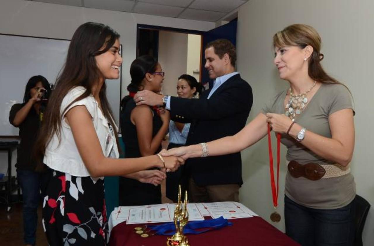 Fabricio Altamirano y Maricarmen Estrada entregan reconocimientos a los participantes en el Club de Debate. Foto EDH