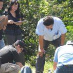 Un hombre fue asesinado en el kilómetro 14 de la carretera antigua hacia Zacatecoluca. PNC cree que solo llegaron a tirar el cuerpo con cuatro impactos de bala. Foto EDH / Claudia Castillo