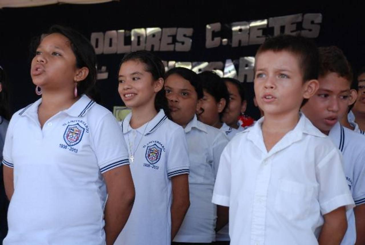 Según el director de la escuela, la mayoría de alumnos que reciben, viven en las colonias Milagro de la Paz, Santa Julia, Barrio San Nicolás y cantón El Niño. Foto edh / JENNY VENTURA