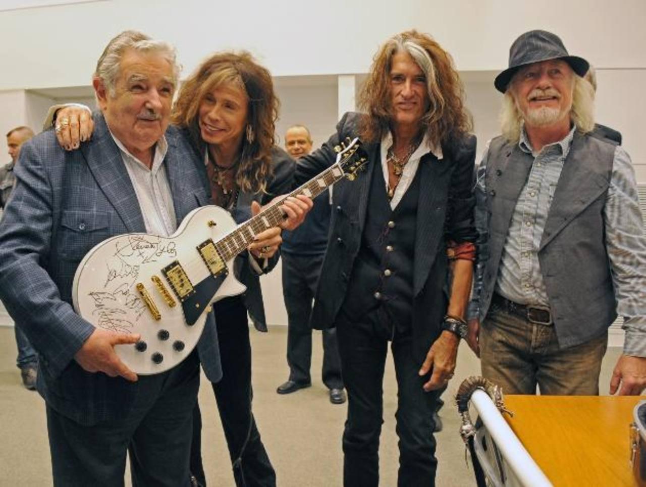 Mujica subastará la guitarra autografiada que le regalo Aerosmith para obtener dinero para el Plan Juntos. Foto/ AP